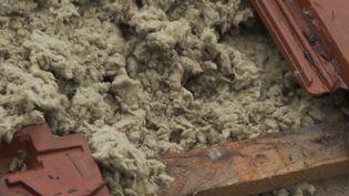 La laine de roche a été injectée au contact des tuiles : ainsi, l'air ne circule pas. (FRANCE 2)