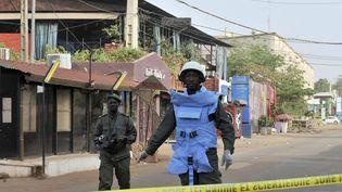 Des policiers maliens près du restaurant visé par un attentat, samedi 7 mars 2015 à Bamako (Mali). (HABIBOU KOUYATE / AFP)