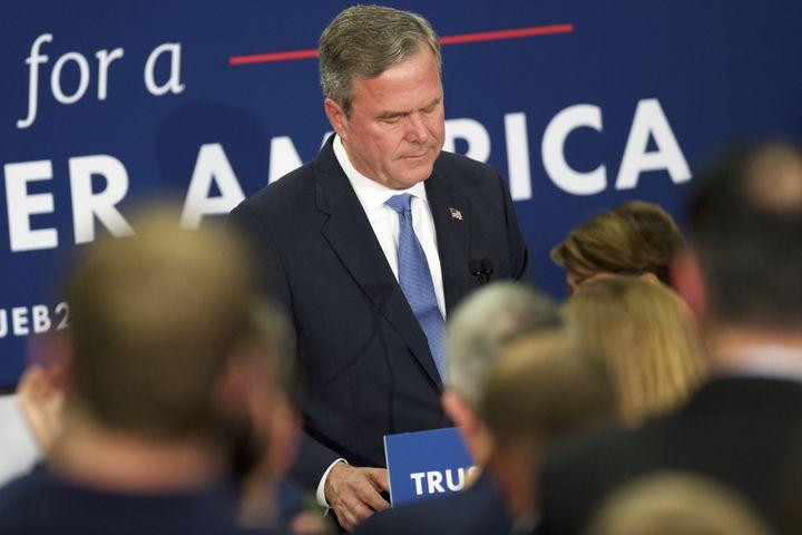 Jeb Bush annonçant son retrait de la course à la Maison Blanche àses soutiens réunis àColumbia (Caroline du Sud), le 20 février 2016. (MARK MAKELA / GETTY IMAGES NORTH AMERICA / AFP)
