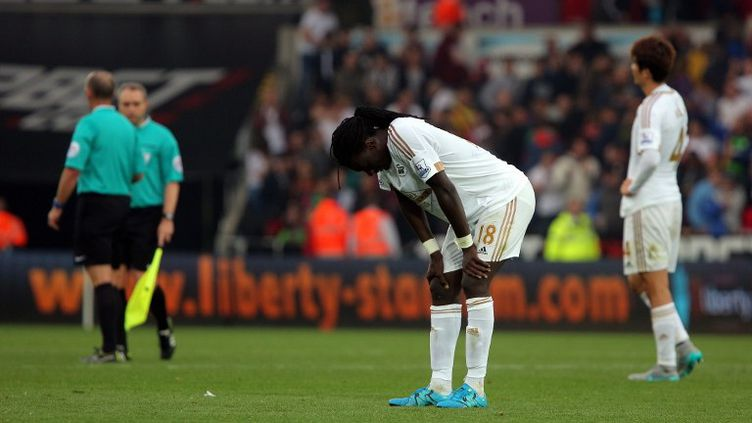 Bafétimbi Gomis, l'attaquant français de Swansea, peut baisser la tête et regarder le sol... Depuis plusieurs semaines, Swansea vit un véritable calvaire après avoir vécu des débuts tonitruants cet été. (JAVIER GARCIA / BACKPAGE IMAGES LTD)