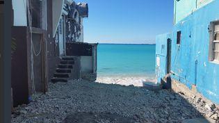 Six mois après le passage l'ouragan Irma,60% des habitants de Saint-Martin ne sont pas assurés et reconstruisent avec les moyens du bord. (THIBAULT LEFEVRE / RADIO FRANCE)