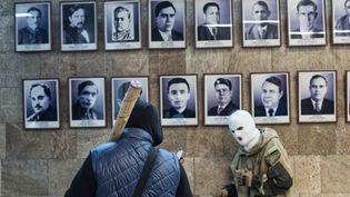 Des activites pro-Russes se rassemblent dans un bâtiment officiel, à Donetsk, dans l'est de l'Ukraine, dimanche 6 avril 2014. (ROMAIN CARRE / NURPHOTO/ AFP)