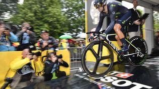 Alejandro Valverde au moment de s'élancer lors du contre-la-montre de Düsseldorf (Allemagne), le 1er juillet. (DIRK WAEM / BELGA MAG / AFP)