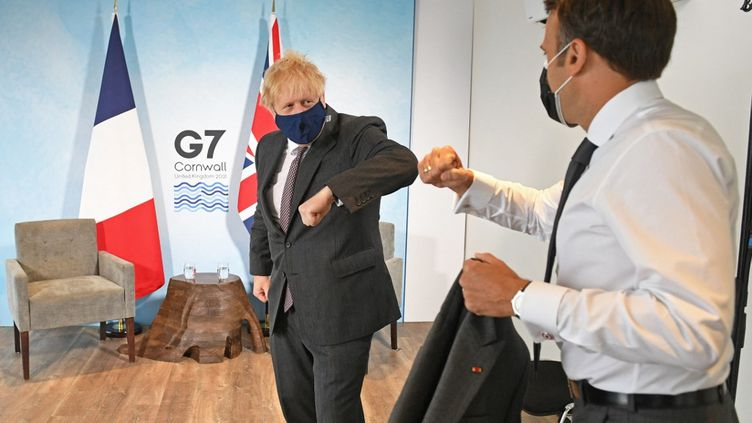 Le Premier ministre britannique, Boris Johnson, et le président de la République, Emmanuel Macron, le 12 juin 2021 à Carbis Bay, dans les Cornouailles (Royaume-Uni). (STEFAN ROUSSEAU / AFP)