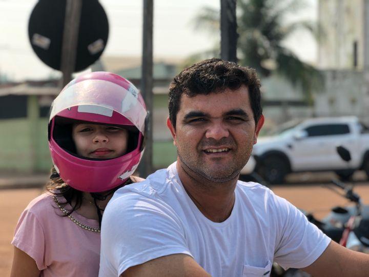 Carlos-Henrique et sa filleAna-Lucie,au bord du Rio Madeira, le fleuve de Porto Velho (Brésil). (MATTHIEU MONDOLONI / FRANCEINFO)