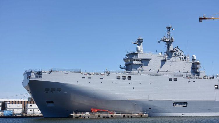 Un navire de type Mistral dans le port de Saint-Nazaire (Loire-Atlantique), en juin 2015. (MAXPPP)