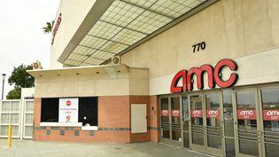 Un cinéma fermé aux Etats-Unis, à Burbank (Californie), le 17 avril 2020 (AMY SUSSMAN / GETTY IMAGES NORTH AMERICA / AFP)