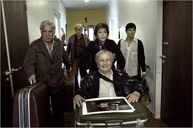 """Guy Bedos, Pierre Richard, Jane Fonda, Claude Rich et Geraldine Chaplin dans le film """"Et si on vivait tous ensemble?"""", de Stéphane Robelin. (BAC FILMS)"""