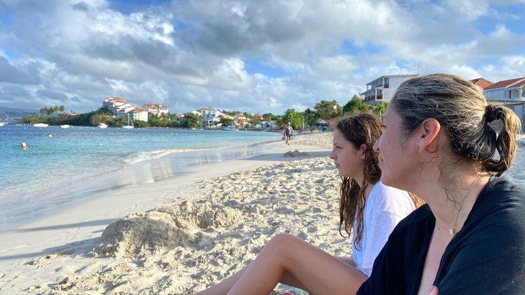Monica et sa fille Sarah, sur la plage de la Pointe du bout (Martinique), en décembre 2020. (BORIS LOUMAGNE / RADIO FRANCE)