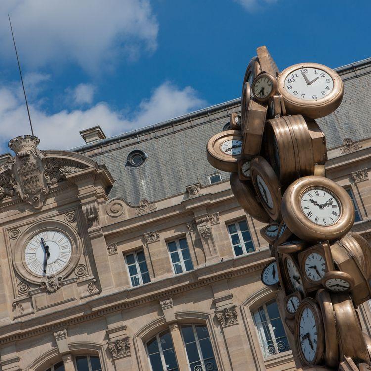 Une scultpure de l'artiste Arman installée devant la gare Saint-Lazare à Paris. (GILLES TARGAT / AFP)