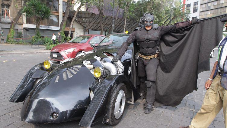 Un homme déguisé en Batman apporte son soutien aux secouristes et bénévoles qui aident après le séisme qui a touché le Mexique le 19 septembre2017 (PEDRO SÁNCHEZ MUÑOZ / NOTIMEX)