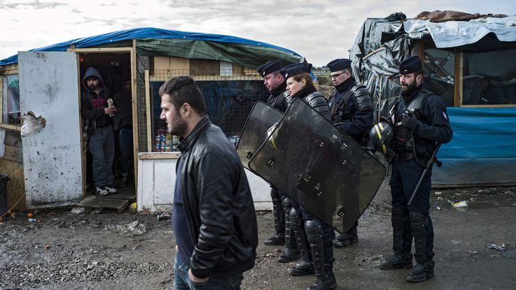 """Des CRS patrouillent dans la """"jungle"""" de Calais, le 23 février 2016. (MAXPPP)"""
