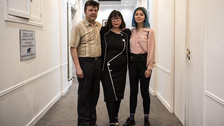 Dominique et Sylvie Mennesson, accompagnés de l'une de leurs deux filles, Fiorella, le 5 octobre 2018 à Paris. (CHRISTOPHE ARCHAMBAULT / AFP)