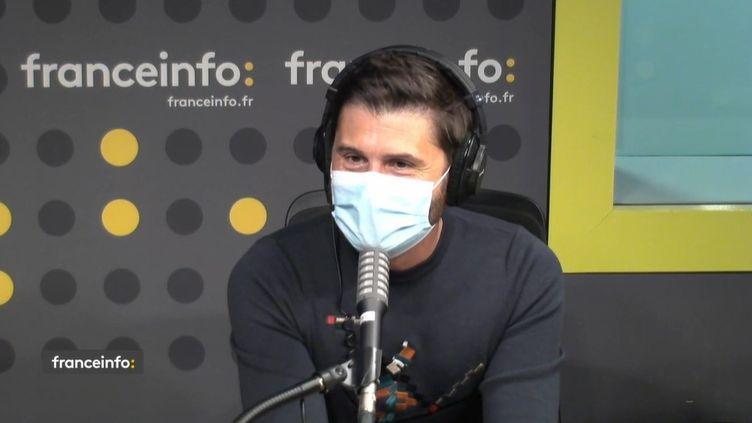 """Christophe Beaugrand, journaliste à LCI et animateur de """"Ninja Warrior"""". (CAPTURE D'ECRAN DAILYMOTION)"""