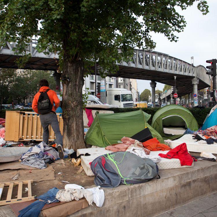 Un campement de migrants, avenue de Flandres, le 16 septembre 2016, dans le 19e arrondissement de Paris. (YANN BOHAC / CITIZENSIDE / AFP)