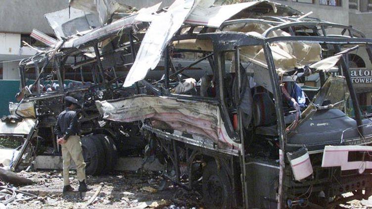 (En mai 2002, 11 Français employés de la Direction des constructions navales sont morts dans l'explosion de leur bus à Karachi © REUTERS / Zahid Hussein)