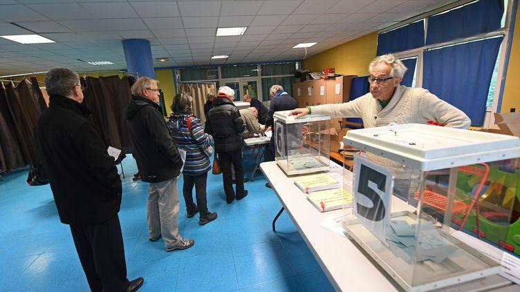 Des personnes attendent de voter pour le premier tour de la primaire de la gauche, le 22 janvier 2017, à Marseille (Bouches-du-Rhône). (BORIS HORVAT / AFP)