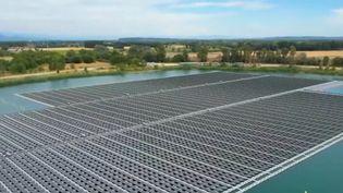 Une centrale solaire flottante, la plus puissante d'Europe, a été inaugurée dans le Vaucluse, en région Paca. Installée sur un lac artificiel, elle change la vie des habitants. (CAPTURE ECRAN FRANCE 2)