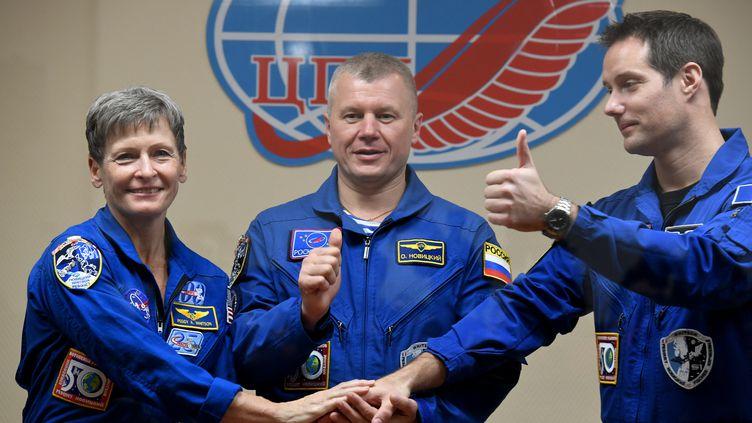 L'astronaute français Thomas Pesquet et ses deux coéquipiers juste avant leur départ pour la station spatiale internationale, le 16 novembre 2016. (KIRILL KUDRYAVTSEV / AFP)
