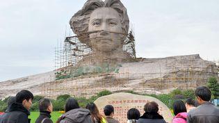 Des touristes chinois observent une statue de Mao Tsé-toungen construction à Changsha (Chine), le 26 novembre 2013. (AFP)