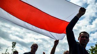 Des milliers de Biélorusses assistent aux funérailles d'Alexander Taraykovskiy, le 15 août 2020, à Minsk. L'homme de 34 ans a été tué lundi dans les manifestations contre la réélection du président Loukachenko. (SERGEI GAPON / AFP)