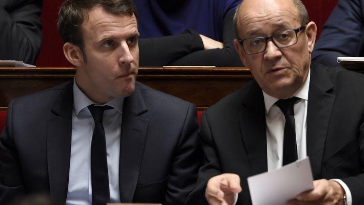 Emmanuel Macron et Jean-Yves Le Drian à l'Assemblée nationale, le 23 mars 2016. (DOMINIQUE FAGET / AFP)