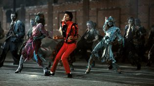 """Michael Jackson et ses danseurs, dans le clip du morceau """"Thriller"""", diffusé en 1983. (KOBAL / AFP)"""