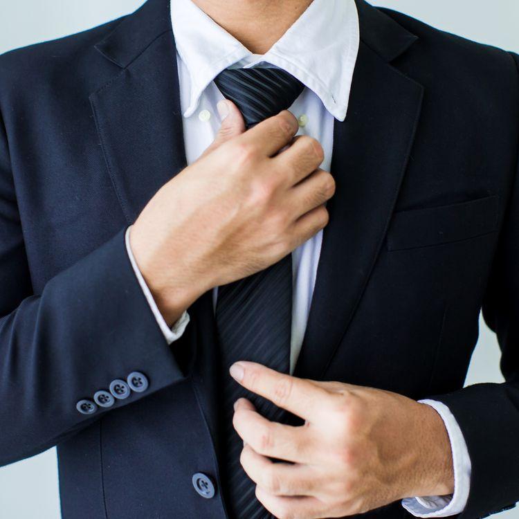 Le port de la cravate reste la norme, notamment dans les secteurs de la banque et de la finance. (TAWAN BOONNAK / EYEEM / GETTY IMAGES)