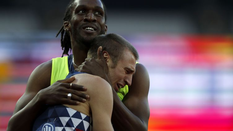 L'athlète handisport Timothée Adolphe, avec son guide Yannick Fonsat, aux championnats du monde à Londres le 21 juillet 2017. (ADRIAN DENNIS / AFP)