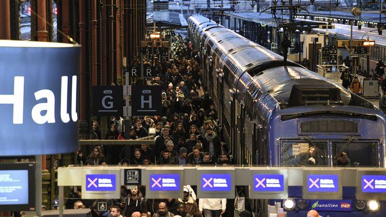 Des usagers des trains régionaux de la SNCF à la gare de Lyon, à Paris, le 12 décembre 2019, pendant la grève contre la réforme des retraites. (BERTRAND GUAY / AFP)