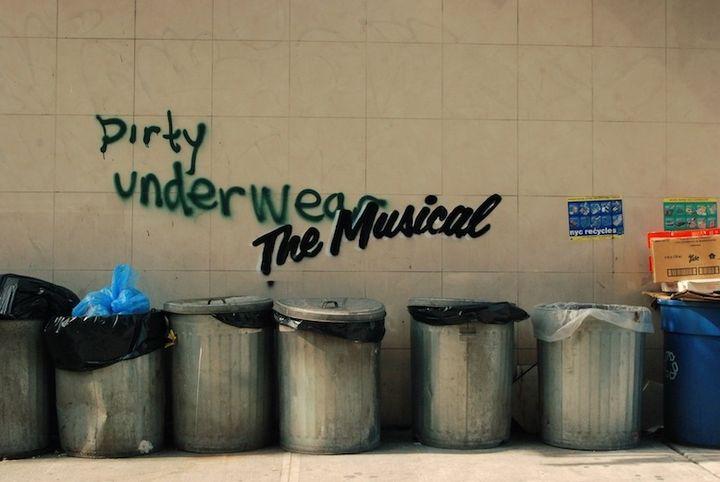 Banksy se sert de graffiti pré-existants, auxquels il ajoute sa touche humoristique.  (http://www.banksy.co.uk/)
