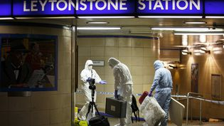 Des agents de la police scientifique font des relevés à la station deLeytonstone, à Londres (Royaume-Uni) après une attaque au couteau, survenue le 5 décembre 2015. (TOLGA AKMEN / ANADOLU AGENCY / AFP)