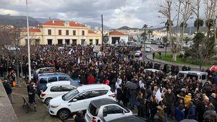 Une vue de la foule rassemblée devant la gare d'Ajaccio, le 3 février 2018, pour la manifestation à l'appel des nationalistes corses. (YANN BENARD / FRANCE 3 CORSE)