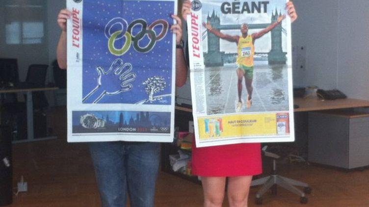 La une du journal L'Equipe, le 26 juillet 2012, brandie dans les locaux de FTVi par nos journalistes Pierre Godon et Isabel Contreras. (SALOME LEGRAND / FTVI)