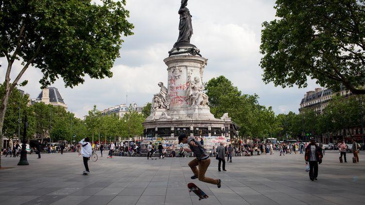 Un jeune homme fait du skateboard sur la place de la République, à Paris, le 28 mai 2016. (RODRIGO AVELLANEDA / ANADOLU AGENCY)