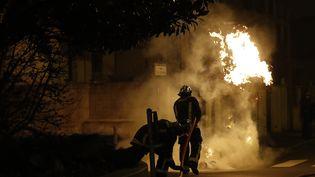 Des pompiers interviennent à Bobigny le 11 février 2017. (PATRICK KOVARIK / AFP)