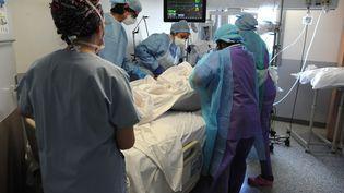 Des soignants s'activent autour d'une personne placée en réanimation, le 26 avril 2020 à l'hôpital Jacques Cartier de Massy (Essonne). (PASCAL BACHELET / BSIP / AFP)
