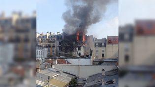Un immeuble en feu dans le 6e arrondissement de Paris, après une explosion au gaz, le 1er avril 2016. (PIERRE_KCH / TWITTER)