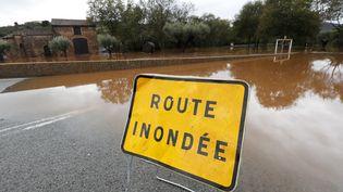Une route inondée à Roquebrune-sur-Argens (Var), le 11 octobre 2018. (SEBASTIEN NOGIER / EPA)
