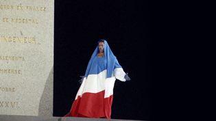 Lacantatrice américaine Jessye Norman interprètela Marseillaiselors des cérémonies du bicentenaire de la Révolution française, 14 juillet 1989 (JOEL ROBINE / AFP)