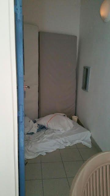 Un placard transformé en chambre dans l'unité Féroé, réservée aux détenus internés. (Photo prise par le personnel de l'hôpital)