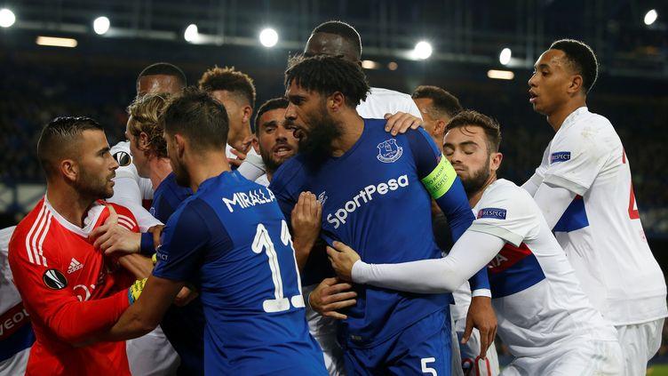 Une bagarre générale a éclaté lors du match de Ligue Europa entre Everton et Lyon, le 19 octobre 2017. (ANDREW YATES / REUTERS)