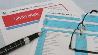 Il est encore possible de préférer le papier pour faire ses déclarations et demandes administratives, mais attention... (MAXPPP)