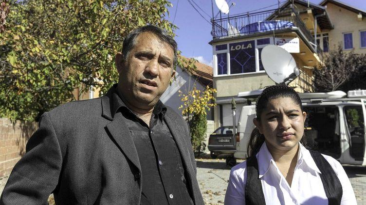 Leonarda Dibrani, 15 ans, et son père posent devant les journalistes, après leur expulsion de France, le 19 octobre 2013 à Mitrovica (Kosovo). (PLAVEVSKI ALEKSANDAR / SIPA)