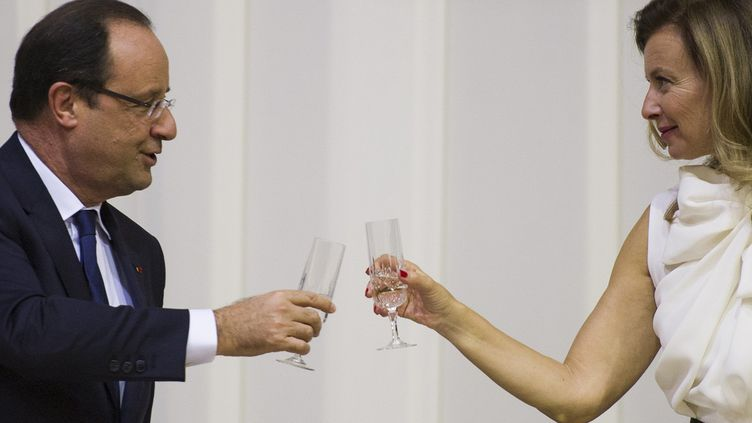 François Hollande et Valérie Trierweiler le 14 octobre 2013 à Pretoria, en Afrique du Sud.  (FRED DUFOUR / AFP )