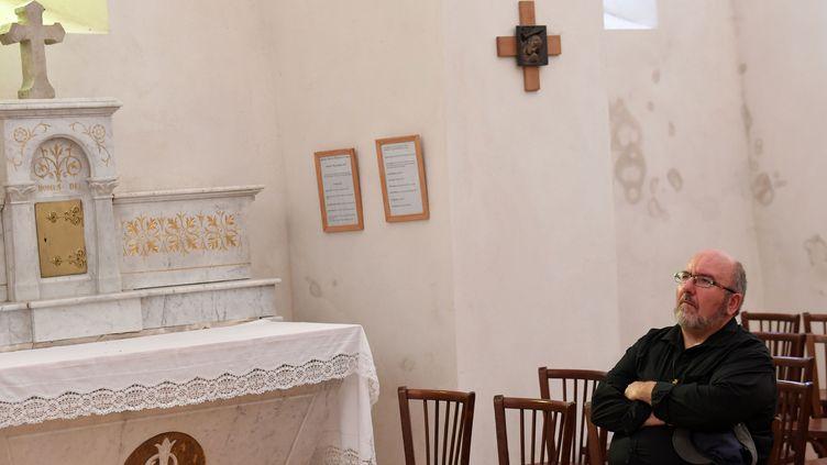 Le père Pierre Vignon dans son église de Saint-Martin-en-Vercors en août 2018. (JEAN-PIERRE CLATOT / AFP)