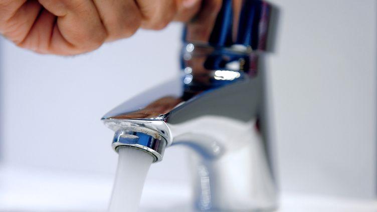 Une personne ouvre un robinet d'eau potable à Lille le 27 mai 2013. AFP (PHILIPPE HUGUEN / AFP)