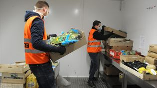 Des employés de la Banque alimentaire du Nord distribuent des denrées alimentaires aux associations partenaires, le 10 mai 2020, à Lille. (PASCAL BACHELET / BSIP / AFP)