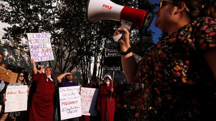 Des militantes pro-choix se réunissent devant le Sénat de l'Alabama lors du vote sur l'avortement, le 14 mai 2019, à Montgomery. (CHRISTOPHER ALUKA BERRY / REUTERS)