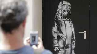 Une oeuvre attribuée à Banksy découverte sur l'issue de secours du Bataclan le 25 juin 2018.  (Thomas Samson / AFP)